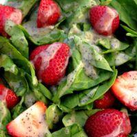 Весенний салат с клубникой и шпинатом